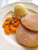Pfannkuchen mit Eiscreme Stockfoto
