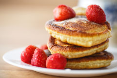 Pfannkuchen mit Erdbeeren stockbilder