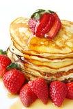 Pfannkuchen mit Erdbeeren Lizenzfreie Stockbilder
