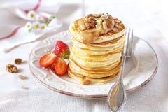Pfannkuchen mit Erdbeeren, Karamell und Walnüssen Lizenzfreie Stockfotografie