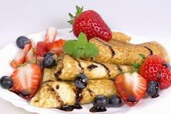 Pfannkuchen mit Erdbeeren und Blaubeeren Lizenzfreies Stockfoto