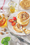 Pfannkuchen mit Erdbeeren und Kräutertee Stockbild