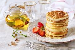 Pfannkuchen mit Erdbeeren und Tee Lizenzfreie Stockbilder
