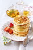 Pfannkuchen mit Erdbeeren und Tee Stockfoto