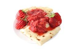 Pfannkuchen mit Erdbeermarmelade Lizenzfreies Stockfoto