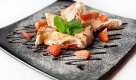 Pfannkuchen mit Erdbeermarmelade und frischen Erdbeeren Stockbilder