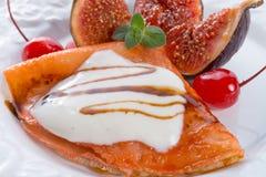Pfannkuchen mit Feigen und Kirschen Lizenzfreies Stockbild