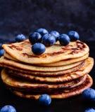 Pfannkuchen mit frischen Blaubeeren Stockfotos