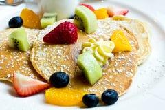 Pfannkuchen mit frischer Frucht Lizenzfreies Stockfoto