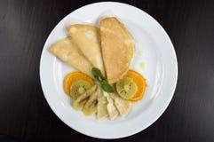 Pfannkuchen mit Frucht. Stockbilder