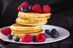 Pfannkuchen mit Frucht Lizenzfreie Stockfotos