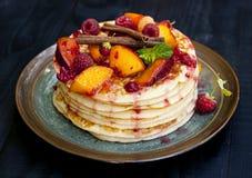 Pfannkuchen mit Frucht, Beeren, Minze und Zimt Lizenzfreies Stockbild