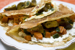 Pfannkuchen mit Gemüse und Hüttenkäse Lizenzfreie Stockfotos