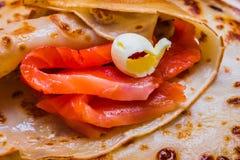 Pfannkuchen mit geräuchertem Lachs und Butter auf Shrovetide Stockfoto