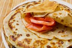 Pfannkuchen mit geräuchertem Lachs und Butter auf Shrovetide Stockbild