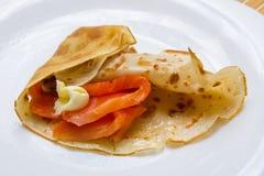 Pfannkuchen mit geräuchertem Lachs und Butter auf Shrovetide Lizenzfreies Stockfoto