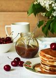 Pfannkuchen mit gesalzenem Karamell zum Frühstück Lizenzfreie Stockbilder
