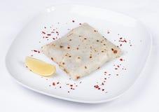 Pfannkuchen mit gesalzenen Lachsen auf einer Platte, Zitrone Stockbild