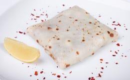 Pfannkuchen mit gesalzenen Lachsen auf einer Platte, Zitrone Stockfoto