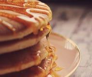 Pfannkuchen mit goldenem Sirup Lizenzfreies Stockfoto