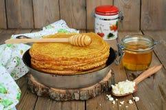 Pfannkuchen mit Hüttenkäse auf einem Holztisch Stockbilder
