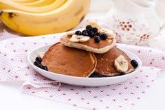 Pfannkuchen mit Hafermehl, Banane und Blaubeeren Stockbild