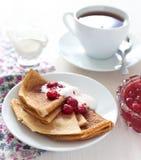 Pfannkuchen mit Himbeermarmelade Lizenzfreie Stockbilder