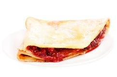 Pfannkuchen mit Himbeermarmelade auf einer Platte stockfoto