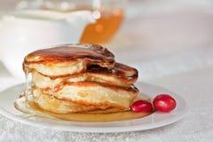 Pfannkuchen mit Honig Stockbilder