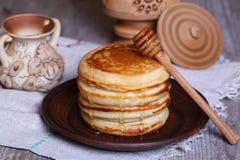 Pfannkuchen mit Honig Lizenzfreie Stockbilder