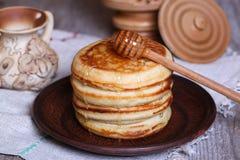 Pfannkuchen mit Honig Stockfotografie