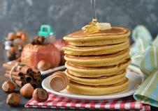 Pfannkuchen mit Honig lizenzfreie stockfotografie