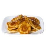 Pfannkuchen mit Honig auf der quadratischen Platte lokalisiert. Köstlicher Nachtisch Lizenzfreie Stockfotos