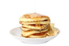 Pfannkuchen mit Honig (Bild mit Beschneidungspfad) Lizenzfreies Stockfoto
