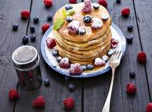 Pfannkuchen mit Honig und Beeren stockbilder
