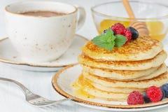 Pfannkuchen mit Honig und Beeren Stockfotos