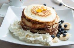 Pfannkuchen mit Honig und Creme Lizenzfreies Stockbild