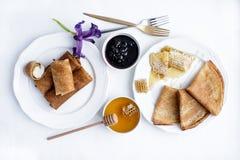 Pfannkuchen mit Honig und Käse Lizenzfreie Stockbilder
