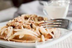 Pfannkuchen mit Käse, Fleisch und Pilzen lizenzfreie stockbilder