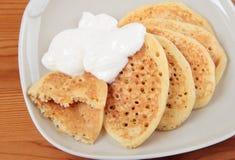 Pfannkuchen mit Kürbis und saurer Sahne Stockfotografie