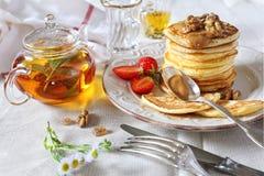 Pfannkuchen mit Karamell sauce, Erdbeeren und Kräutertee Stockfoto