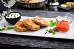 Pfannkuchen mit Kaviar Stockbilder