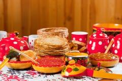 Pfannkuchen mit Kaviar und Tee lizenzfreie stockfotos