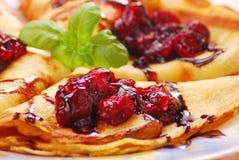 Pfannkuchen mit Kirschconfiture Stockbilder