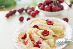 Pfannkuchen mit Kirsche Stockbild