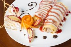 Pfannkuchen mit Kirschmarmelade Stockfotos