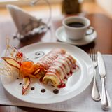 Pfannkuchen mit Kirschmarmelade Lizenzfreie Stockfotografie