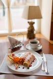 Pfannkuchen mit Kirschmarmelade Lizenzfreies Stockbild