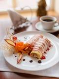Pfannkuchen mit Kirschmarmelade Lizenzfreie Stockbilder