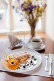 Pfannkuchen mit Kirschmarmelade Lizenzfreie Stockfotos